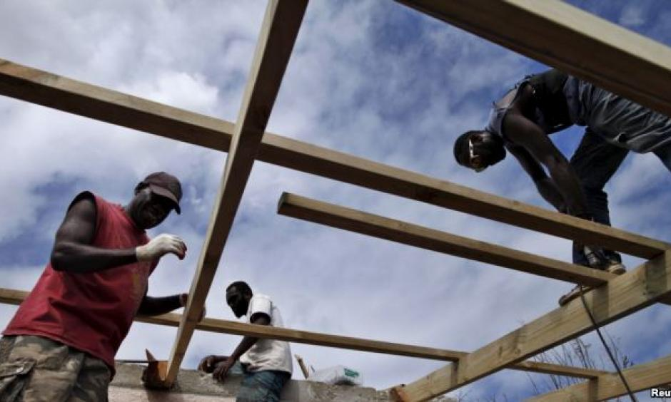FILE - Workers repair the roof of a holiday resort days after Cyclone Pam in Port Vila, capital city of the Pacific island nation of Vanuatu. Image: Reuters