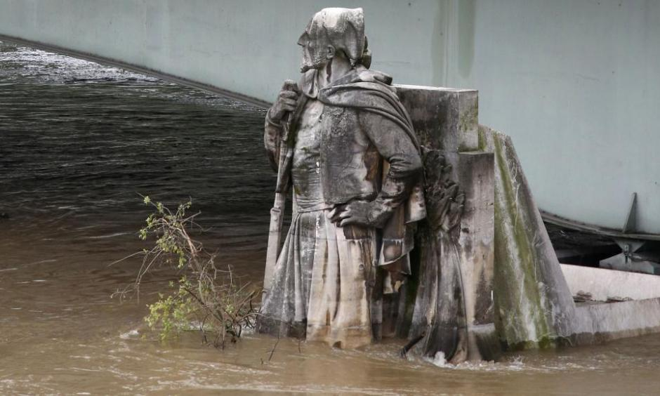 The feet of the Zouave statue on the Pont de l'Alma are covered by the rising waters from the Seine River after days of rainy weather in Paris, France, June 2, 2016 as the Zouave statue is considered an indicator of the level of the Seine. Photo: Pascal Rossignol, Reuters