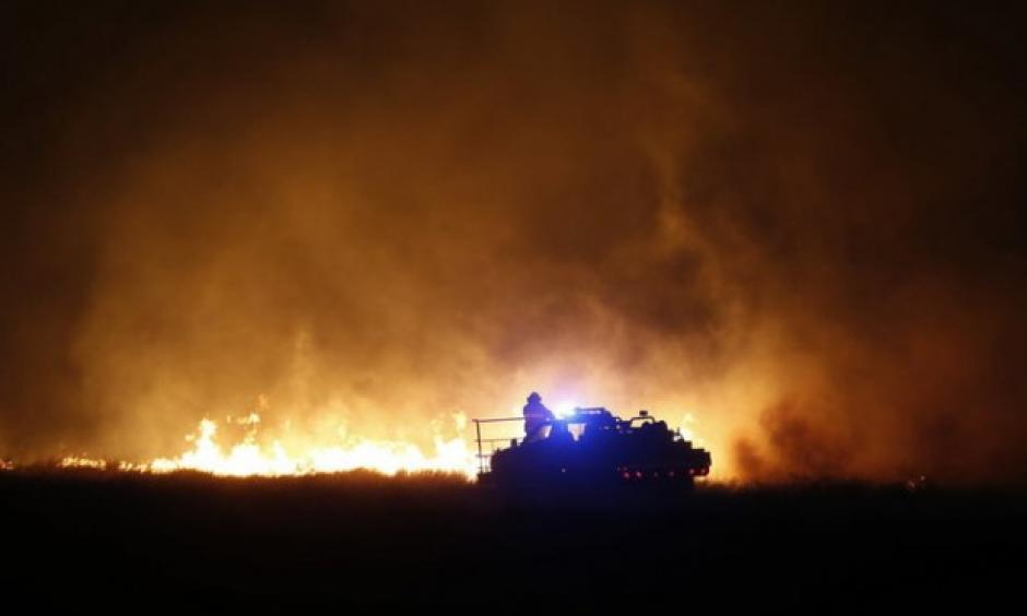 Firefighters from across Kansas and Oklahoma battle a wildfire near Protection, Kan., Monday, March 6, 2017. Photo: Bo Rader, The Wichita Eagle via AP