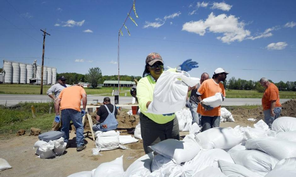 Machaela Durham helps sandbag Tuesday in Olive Branch, Illinois. Photo: Laura Simon