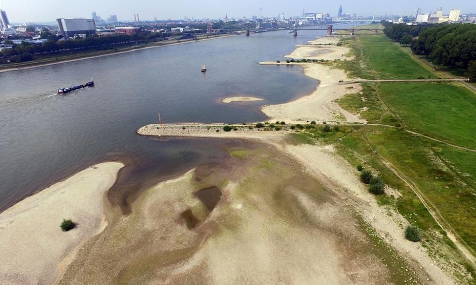 An aerial view shows dried out areas of the Rhine river in Cologne, Germany. Photo: Henning Kaiser, EPA