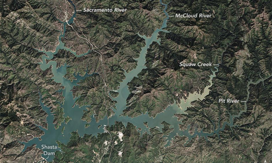 Satellite images show Lake Shasta in April 16, 2015 (left) vs. March 29, 2016 (right). The images show the reservoir at the end of California's rainy season. Image: NASA Earth Observatory