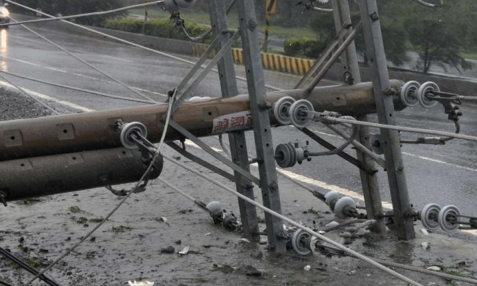Cars drive past collapsed power lines, as super typhoon Meranti skirts Pingtung county in southern Taiwan. Photo: ABC News