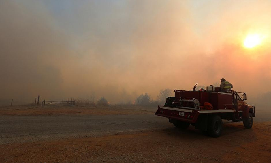 A fire truck from Argonia, Kan., heads west towards Lake City, Kan., to help battle a large grass fire Wednesday, March 23, 2016. Photo: Travis Morisse, The Hutchinson News via AP