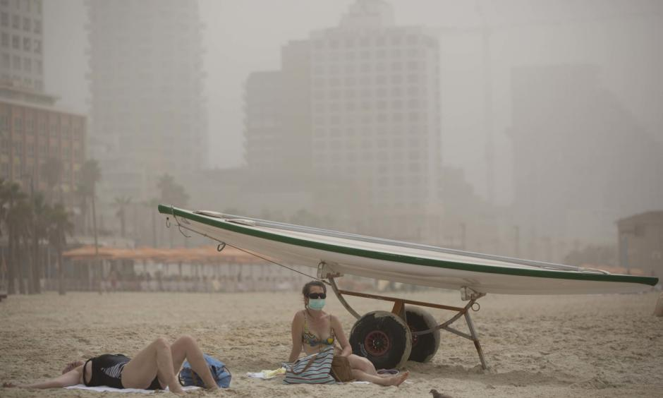 A woman wears a mask in the Mediterranean Sea beach during a sandstorm in Tel Aviv, Israel, Wednesday, Sept. 9, 2015. Photo: Oded Balilty, AP