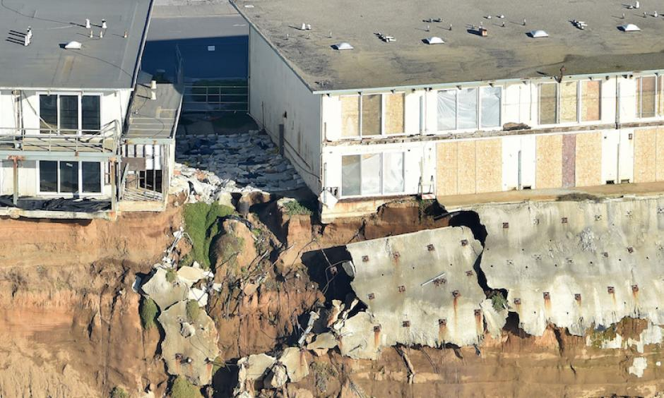 Apartments teetering on the edge of an eroding cliff in Pacifica, California, on Jan. 27. Photo: Josh Edelson/AFP/Getty Images
