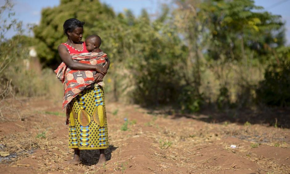 Alinafe and her young daughter walk through the dried fields of Malawi. Photo: Sebastian Rich, UNICEF