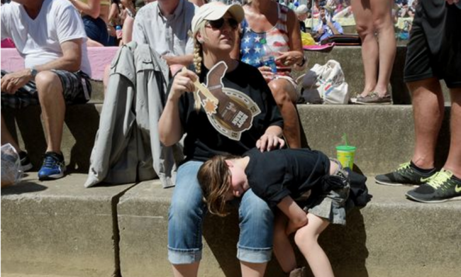 Rachel Clemons of Knoxville fans her daughter Austynn, 6, during the hot weather at CMA Music Festival on Friday, June 10, 2016. Photo: Shelley Mays, Tennessean.com