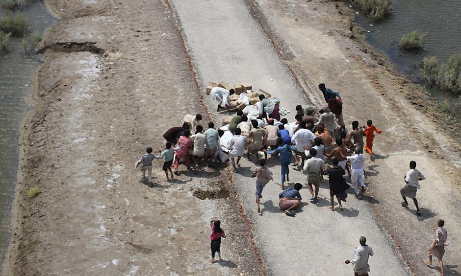 Pakistani flood victims collect relief supplies. Photo: United States Navy