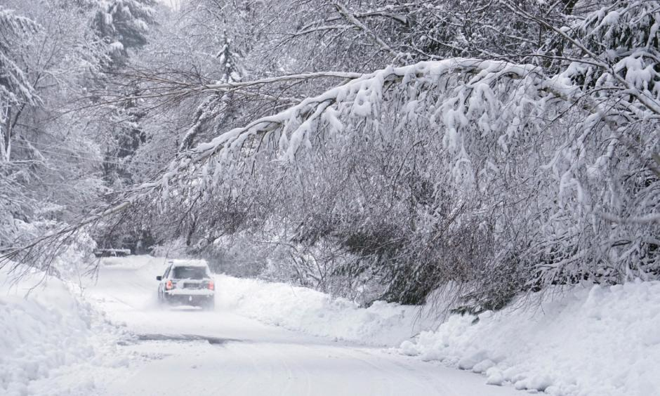 A car travels along Kingsbury Lane in Kennebunk, Maine, on Feb. 16. Photo: Gregory Rec, Portland Press Herald via AP