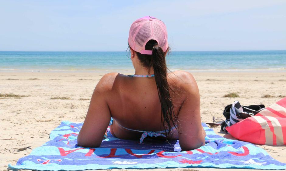 People flocked to Adelaide's beaches on Saturday as temperatures climbed to 40C.  ABC News: Michael Clements