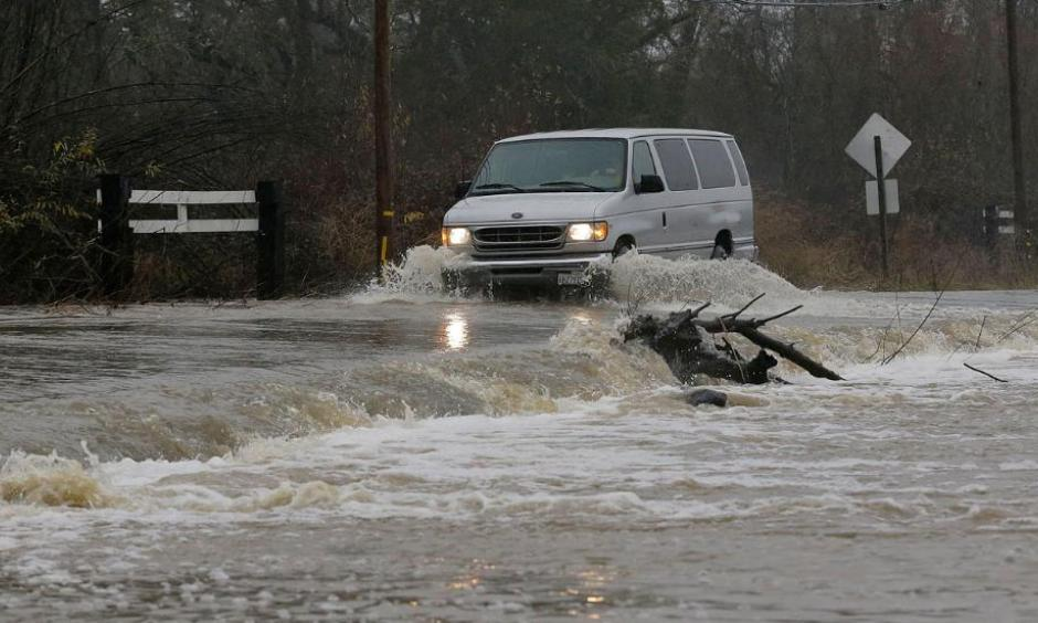 A van drives through flooded water on Green Valley Road in Graton, Calif., Saturday, Jan. 7, 2017. Photo: Jeff Chiu, AP