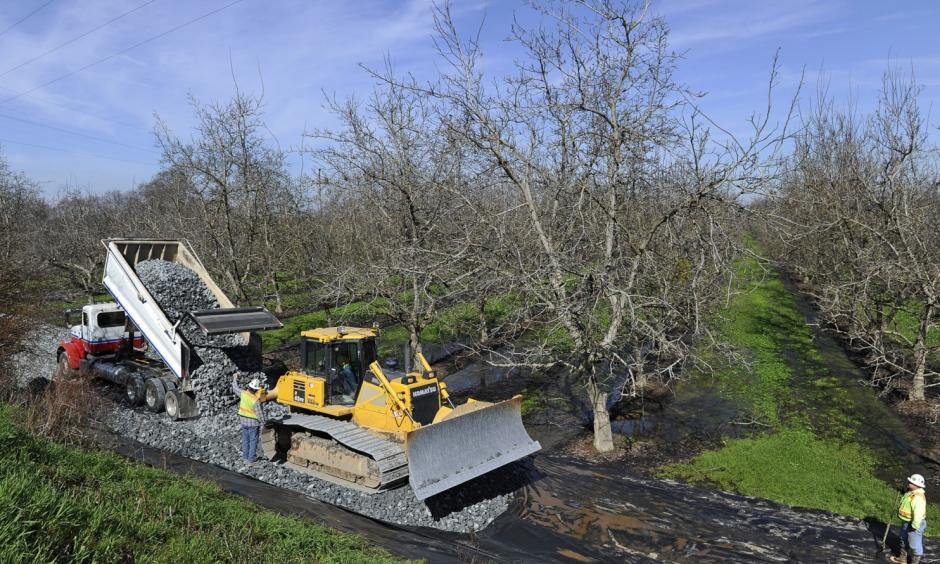 In this Feb. 14, 2017, file photo, crews from Teichert Construction, the California Department of Water Resources and MBK Engineers shore up a section of levee along the Sacramento River in Verona, Calif. Photo: Chris Kaufman, The Appeal-Democrat via AP, File