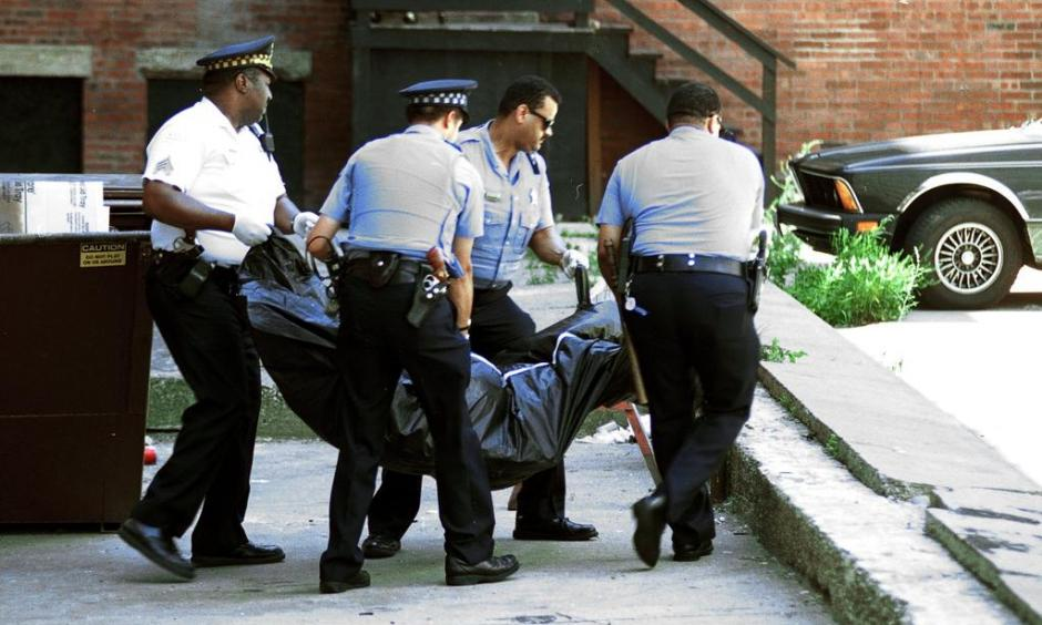 Chicago Police officers remove the body of man from the Sutherland Hotel. Officials said the death was linked to the extreme heat. Photo: Tribune archive photo, July 18, 1995