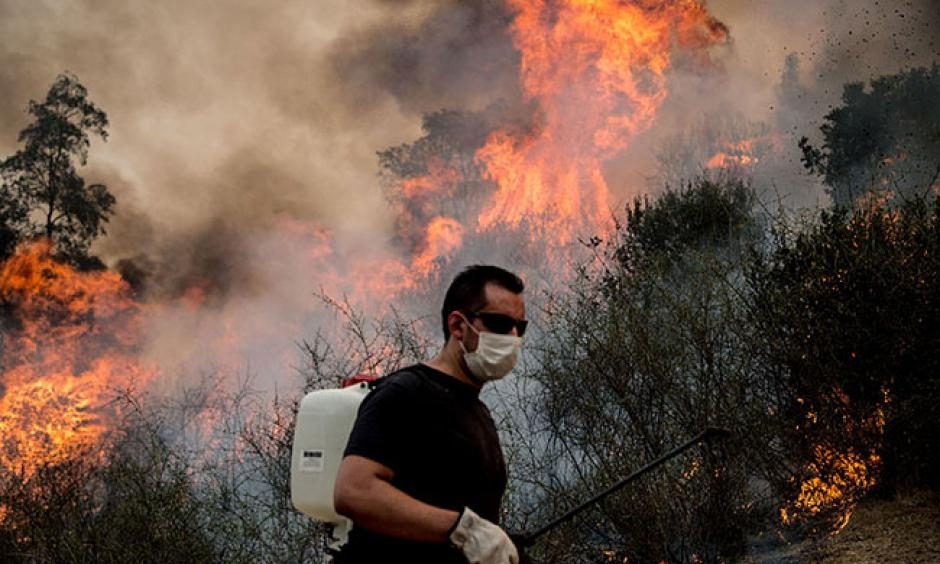 Forest fires burn in central Chile. Photo: Martin Bernetti / AFP / Getty