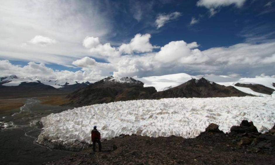Archive photo: A man stands near the Jianggudiru Glacier on Geladaindong Mountain, in Qinghai-Tibet Plateau, China, September 1, 2006. Photo: Reuters, Stringer