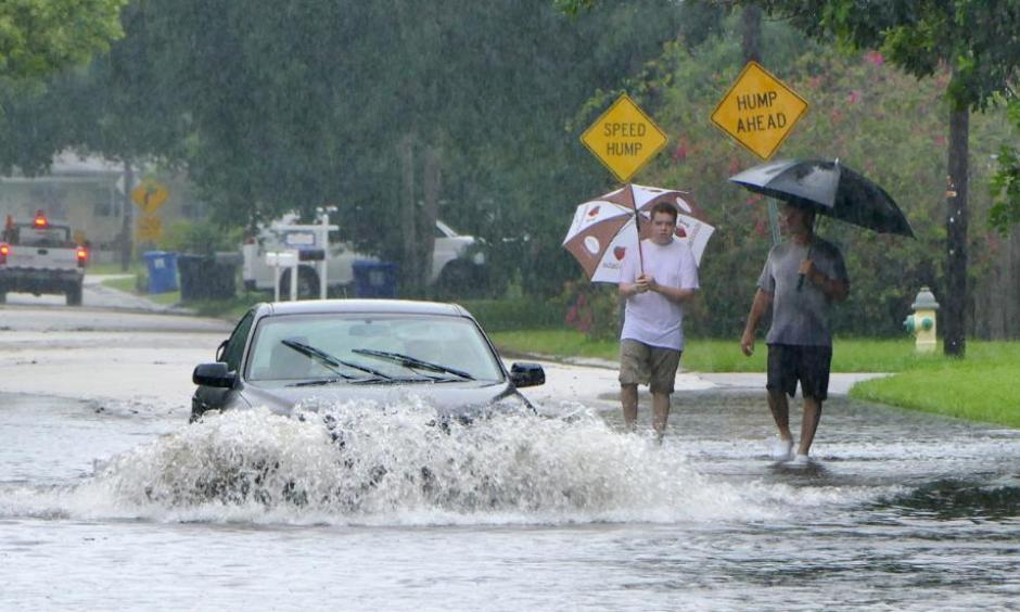 A motorist drives down a flooded street in St. Petersburg, Fla., after Tropical Storm Colin dumped heavy rains over the Tampa Bay area Tuesday, June 7, 2016. Photo: James Borchuck/The Tampa Bay Times via AP