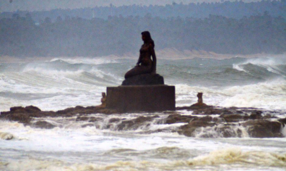 Rough waves touching the Statue of Matsya Kanya over the Bay of Bengal due to the influence of Cyclone Fani at Bheemili Beach in Visakhapatnam. Credit: BCCL