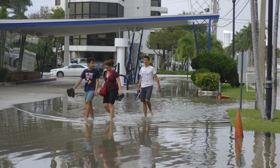 Flooding from king tides is shown in Fort Lauderdale on Oct. 16, 2016. Photo: Joe Cavaretta, Sun Sentinel