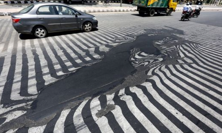 Road markings appear distorted as the asphalt starts to melt due to the high temperature in New Delhi, India, on May 27, 2015. Photo: Harish Tyagi, EPA