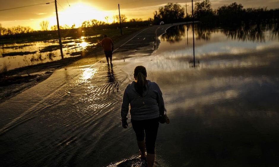 Melissa Martinez and her son, Fernando Martinez wade away from the flooded area in Gridley, California. Photo: Marcus Yam, Los Angeles Times via Getty Images