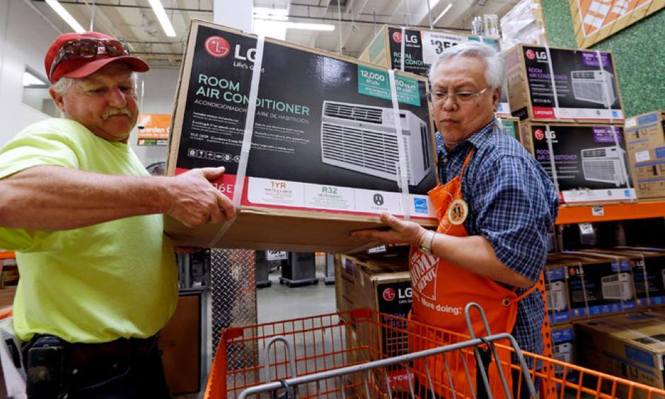 Buying a window unit in Seattle this week ahead of an expected heat wave. Photo: Elaine Thompson, AP