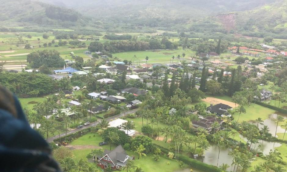Hawaii Governor David Ige surveys flood damage in Kauai on April 17, 2018. Image: Flickr/Hawaii Governor's Office