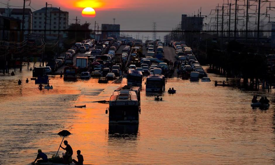 Flood victims in Bangkok, Thailand, in 2011. Like many other major cities across the globe, Bangkok is sinking – which puts it at increasing danger from sea level rises. Photo: Paula Bronstein, Getty Images