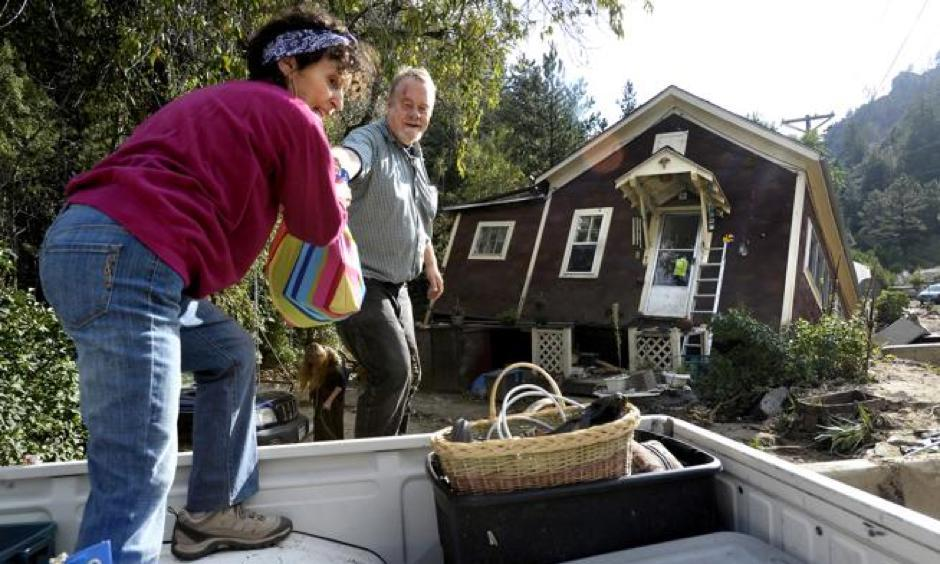 Shireen Malik, left, and Bruce Orr help gather belongings out of the home of Kathleen McLellan in Salina on Sept. 19, 2013, following the floods that devastated parts of Boulder County. A new study suggests human-caused climate change made the 2013 flood event more severe. Photo: Jeremy Papasso, Boulder DailyCamera