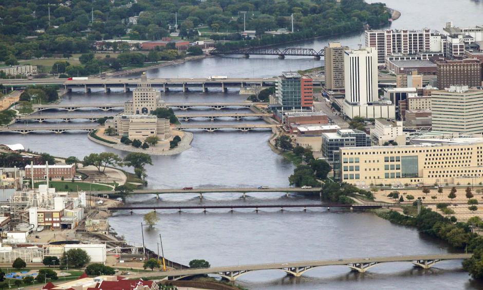 The Cedar River flows through downtown Cedar Rapids on Sunday, Sept. 25, 2016.  Photo: David Scrivner / Iowa City Press-Citizen