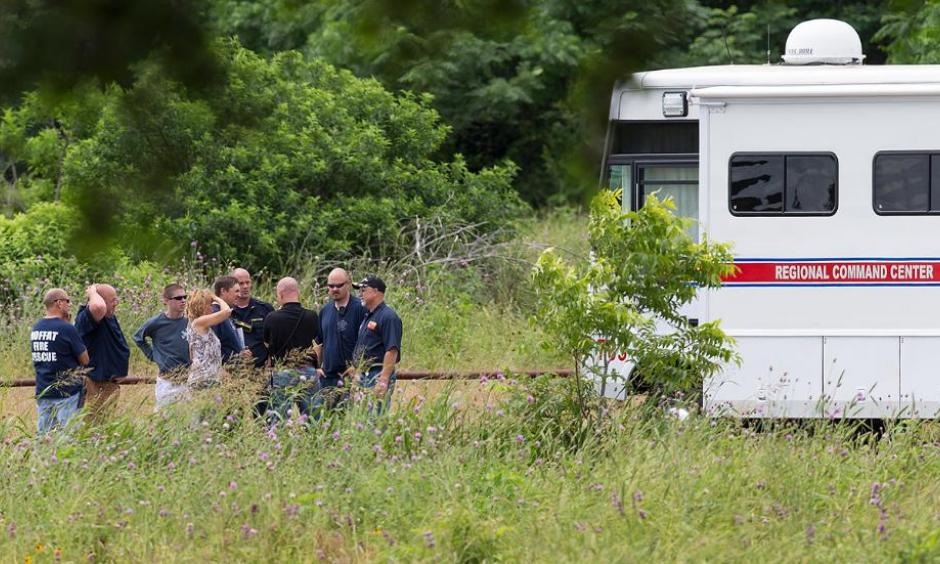 Emergency responders talk near the scene of an accident at Fort Hood at Owl Creek Park near Gatesville, Texas, on Thursday, June 2, 2016. Photo: Michael Miller, The Temple Daily Telegram via AP