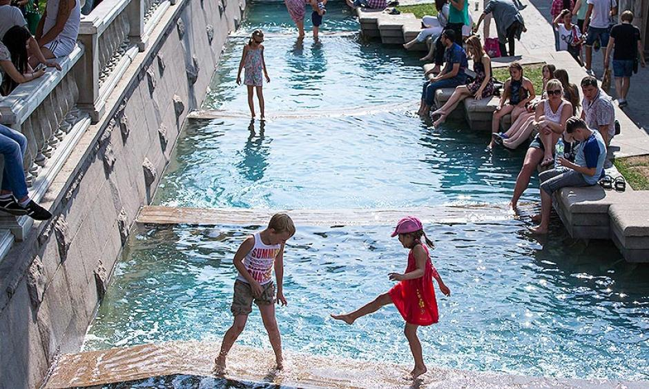 Children playing in a fountain near the Kremlin Wall in Moscow during a heat wave in 2014. Photo: Alexander Zemlianichenko, Associated Press