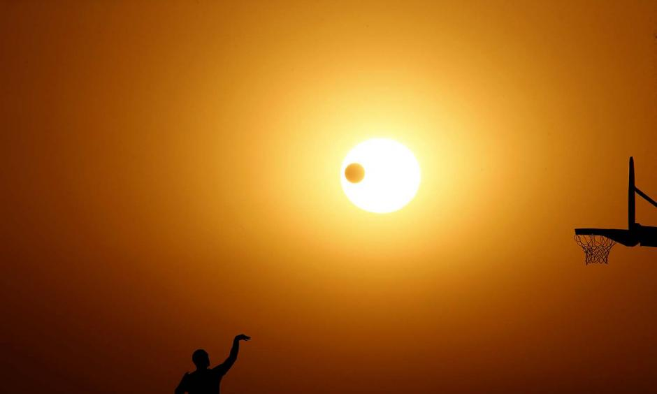 The sun sets on the Autumnal Equinox, the first day of fall, at Angels Gate Park in San Pedro on Sept. 22. Weather forecasts call for soaring temperatures through Monday afternoon. Photo: Luis Sinco / Los Angeles Times