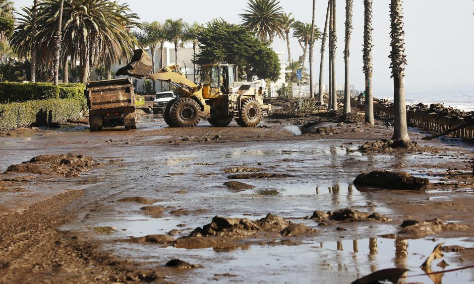 Cleanup begins Thursday morning outside the Four Seasons Biltmore Santa Barbara resort on Channel Drive. Photo: Al Seib, Los Angeles Times