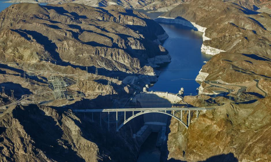 """Lake Mead reservoir and the Hoover Dam show a """"bath tub ring"""" from low water levels in 2015. Photo: Irfan Khan, Los Angeles Times)"""