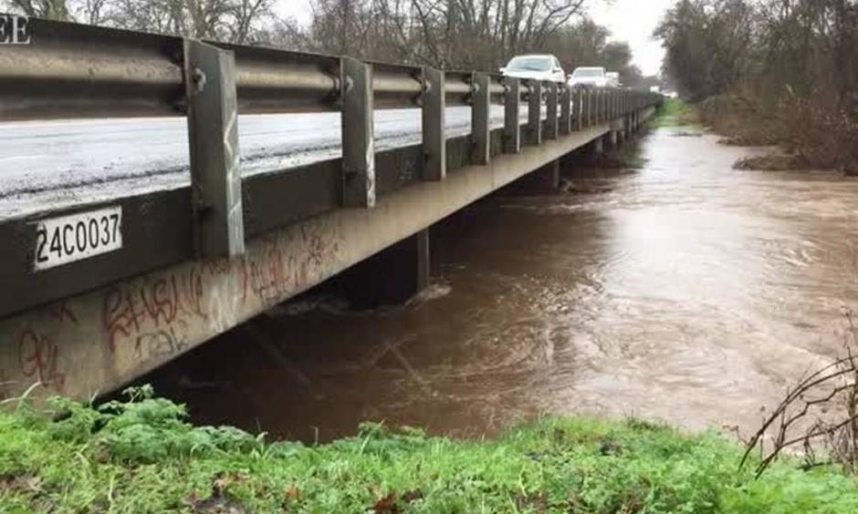 Crews take steps to fix levee damage near Wliton. Photo: The Sacramento Bee