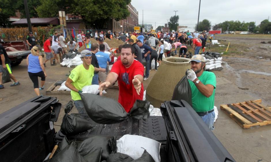 Jason Mann, of Cedar Rapids, Iowa, loads sandbags onto a truck in the New Bohemia District, on Sept. 23. Photo: David Scrivner /Iowa City Press-Citizen via AP