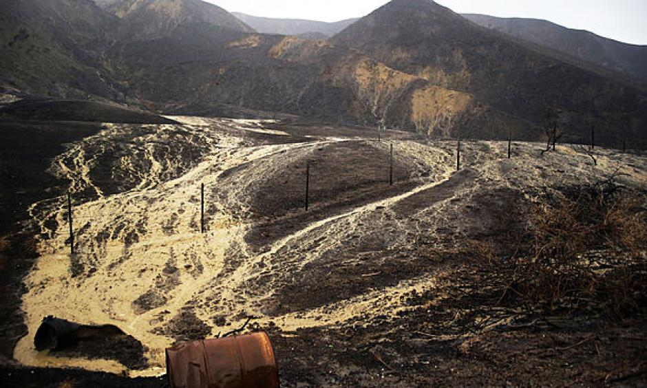 Mud and debris flow down hillsides burned in a recent brush fire after heavy rain from the first in a series of El Niño storms that passed over the area above Solimar Beach in Ventura, Calif., Wednesday, Jan. 6, 2016. Photo: AP/Joel Angel Juárez)