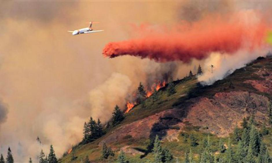 An air tanker drops fire retardant over a wild fire at the Rogue River-Siskiyou National Forest between Grants Pass and Cave Junction in Oregon. Photo: John Luerding, AP