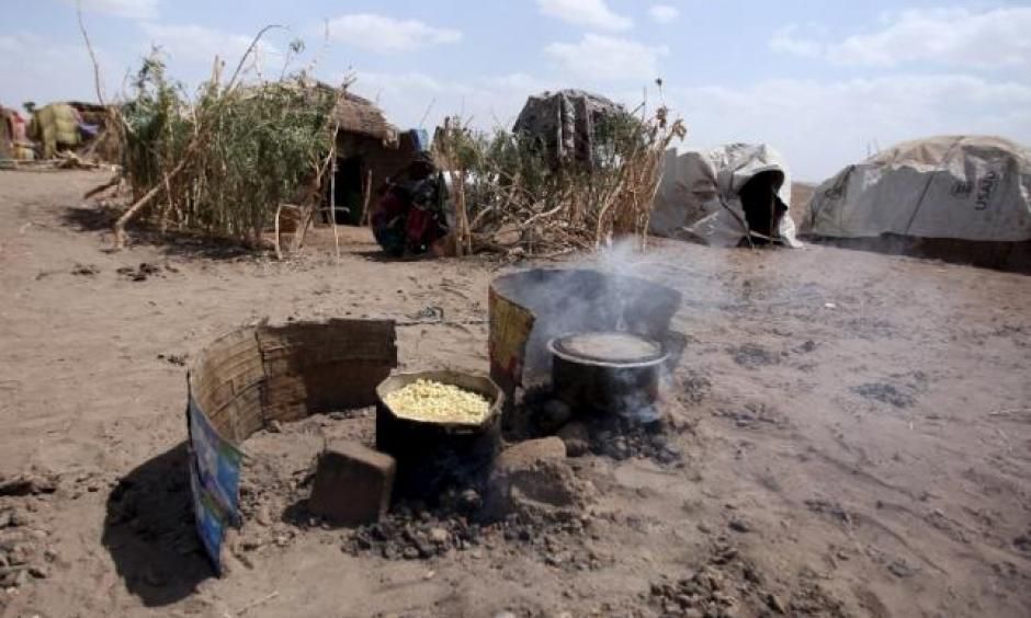 Cooking pot are seen outside a temporary shelter in the drought stricken Somali region in Ethiopia, January 26, 2016. Photo: Tiska Negri, Reuters