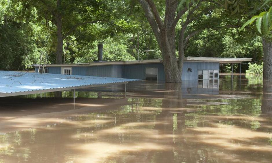 A house is flooded by water from the rain-swollen Brazos River in Richmond, Texas. Photo: Daniel Kramer, Reuters