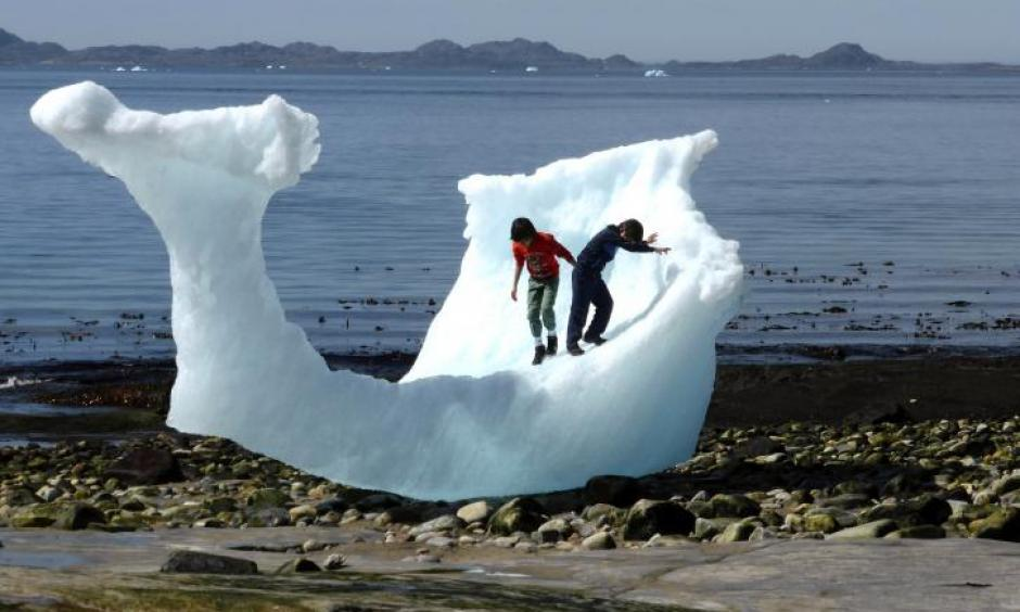 Children play amid icebergs on the beach in Nuuk, Greenland, June 5, 2016. Photo: Alister Doyle, Reuters