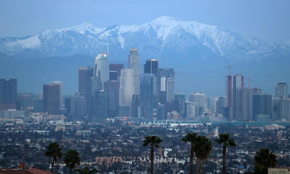 Snow capped mountains are seen behind the downtown Los Angeles skyline, California, U.S., February 12, 2019. Photo: Lucy Nicholson, Reuters