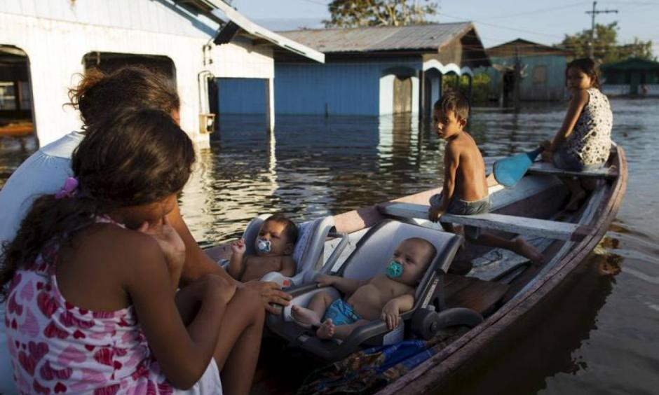 Residents are pictured in their canoe in a street flooded by the rising Rio Solimoes, one of the two main branches of the Amazon River, in Anama, Amazonas state, Brazil June 3, 2015. Photo: Bruno Kelly, Reuters