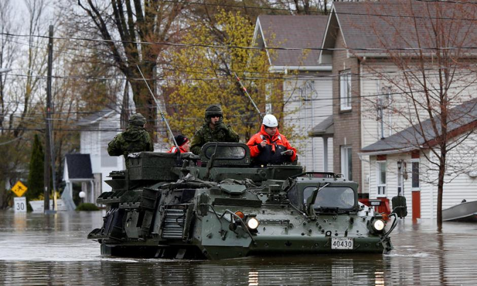 Canadian soldiers inspect a flooded residential area in Gatineau, Quebec, Canada, May 7, 2017. Photo: Chris Wattie, Reuters