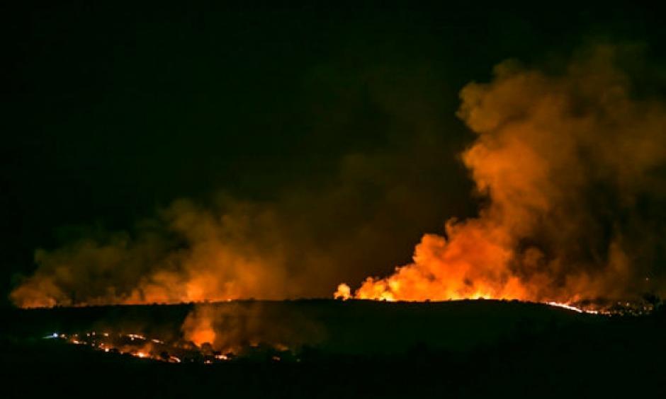 In this Monday, April 24, 2017 photo, the Sawmill Fire burns along the ridge line east of Arizona Highway 83 north of Sonoita, Ariz. Photo: Ron Medvescek, Arizona Daily Star via AP