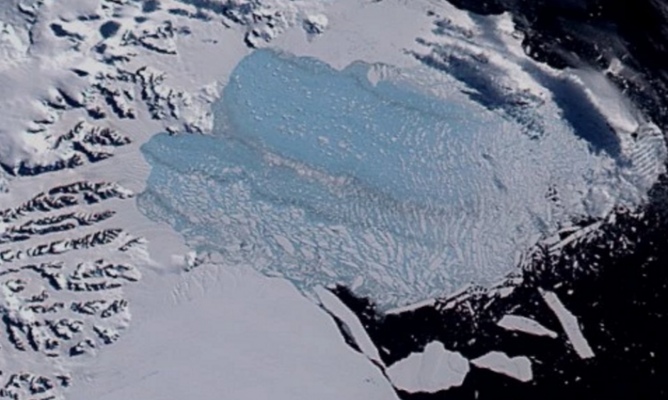 The Larsen B ice shelf on March 7, 2002, after it shattered into thousands of smaller icebergs. Photo: NASA / Goddard Space Flight Center Scientific Visualization Studio