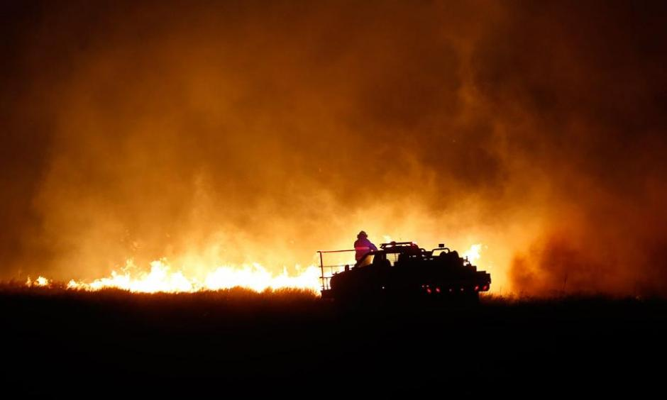 Firefighters from across Kansas and Oklahoma battle a wildfire near Protection, Kansas, Monday, March 6, 2017. Photo: Bo Rader, The Wichita Eagle via AP