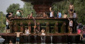 People cooling off at a fountain near the India Gate monument in New Delhi on Tuesday. Photo: Altaf Qadri, Associated Press