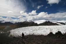 Archive photo: A man stands near the Jianggudiru Glacier on Geladaindong Mountain, in Qinghai-Tibet Plateau, China, September 1, 2006. Photo: Reuters, Stringer